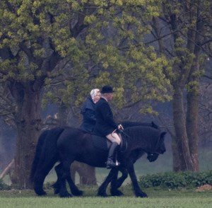 Queen Elizebeth riding with her head groom Terry Penury © Rex/Shutterstock/Town&Country